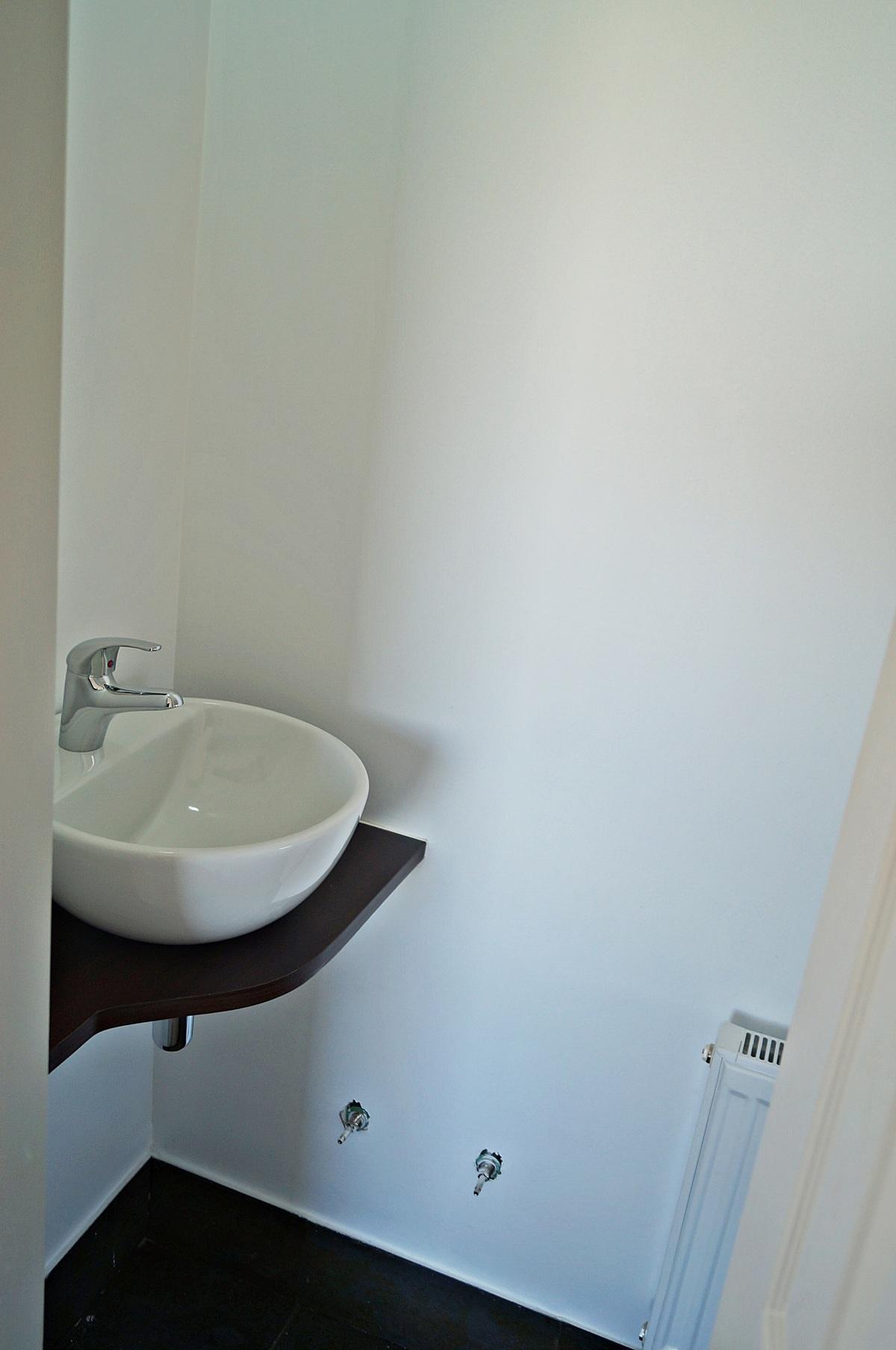 23 de 47: Vista del baño de Visitas