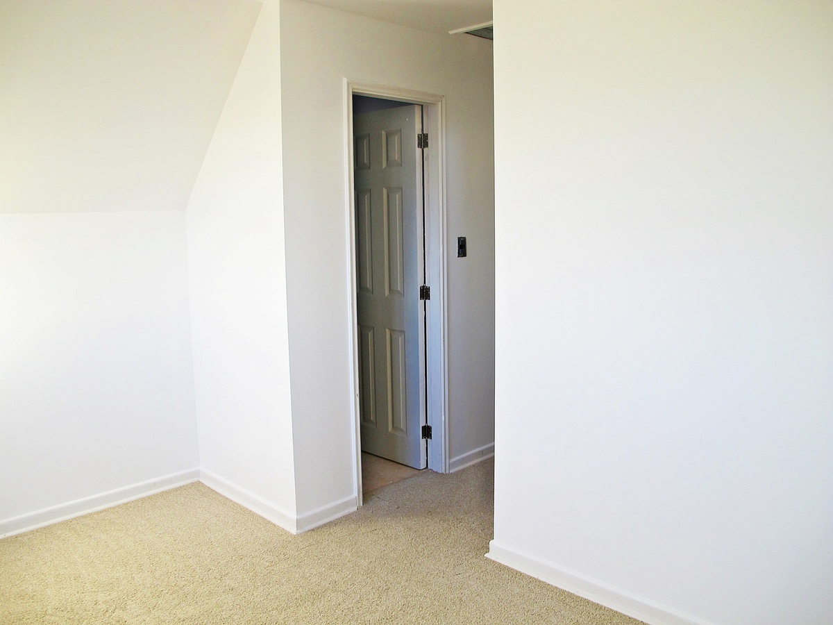 38 de 47: Vista del Dormitorio Principal hacia puerta de Baño en Suite