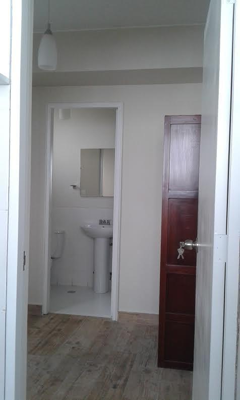 22 de 25: Cuarto y baño de servicio con closet
