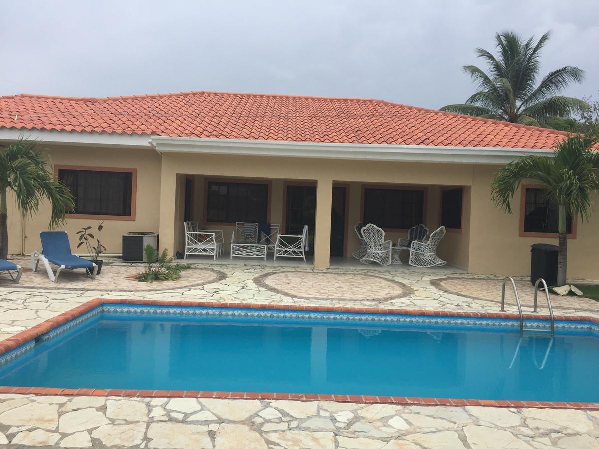10 de 11: Parte trasera de la villa y piscina