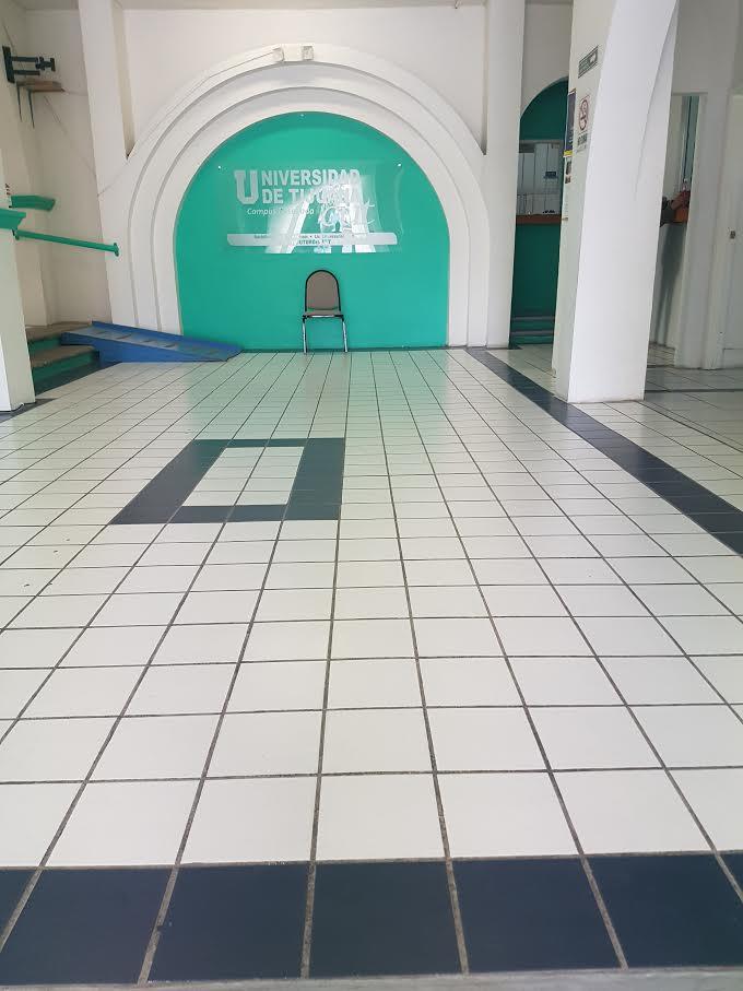 8 de 43: pasillo de entrada de Edificio