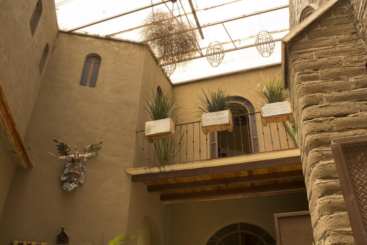 2 of 12: Balcón en el segundo piso