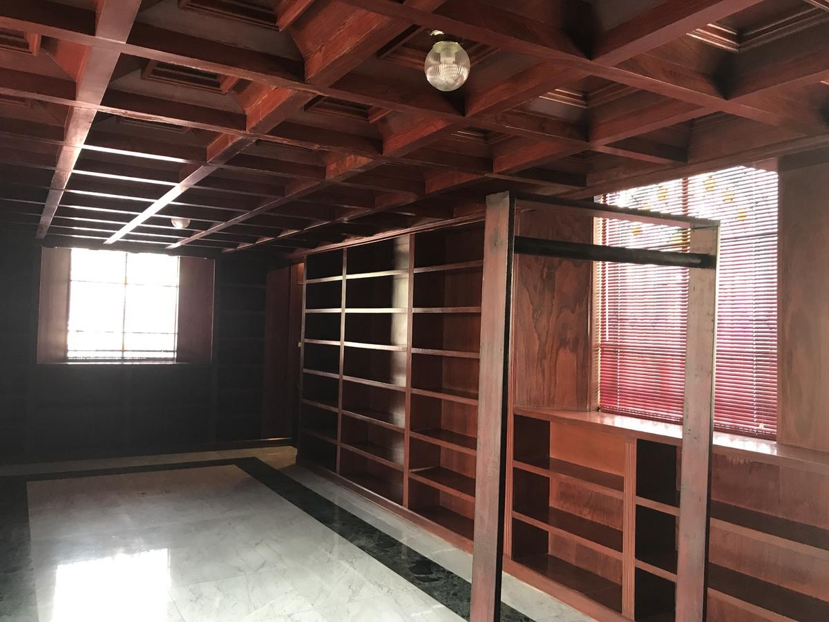 11 de 23: Biblioteca con muebles de madera empotrada