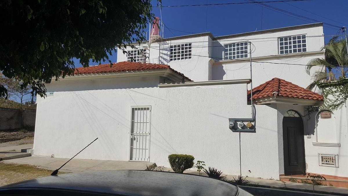 1 de 19: Fachada sobre calle Uno, acceso principal a casa de p. baja.