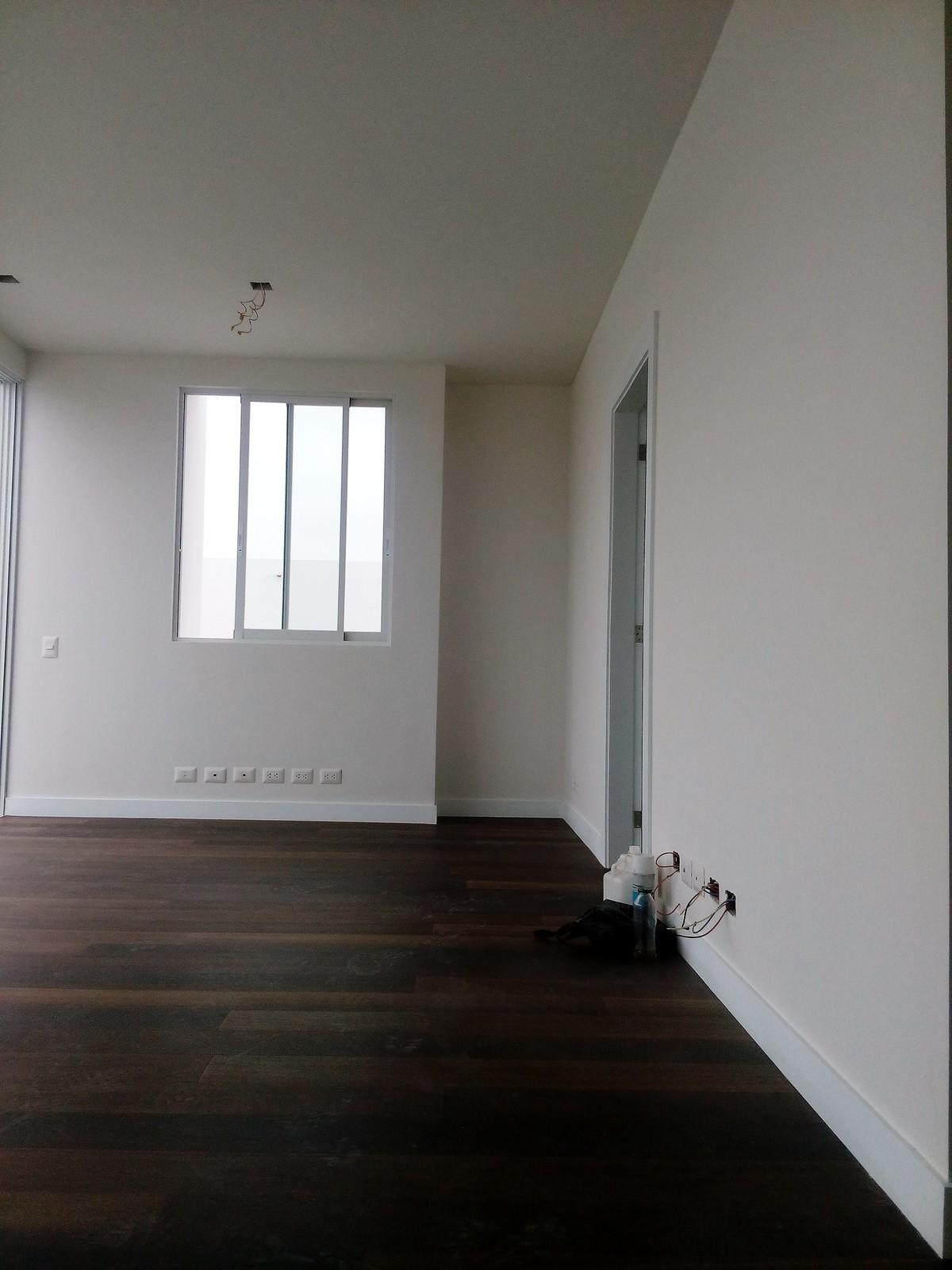 16 de 20: Sala de estar en el segundo nivel con salida a terraza