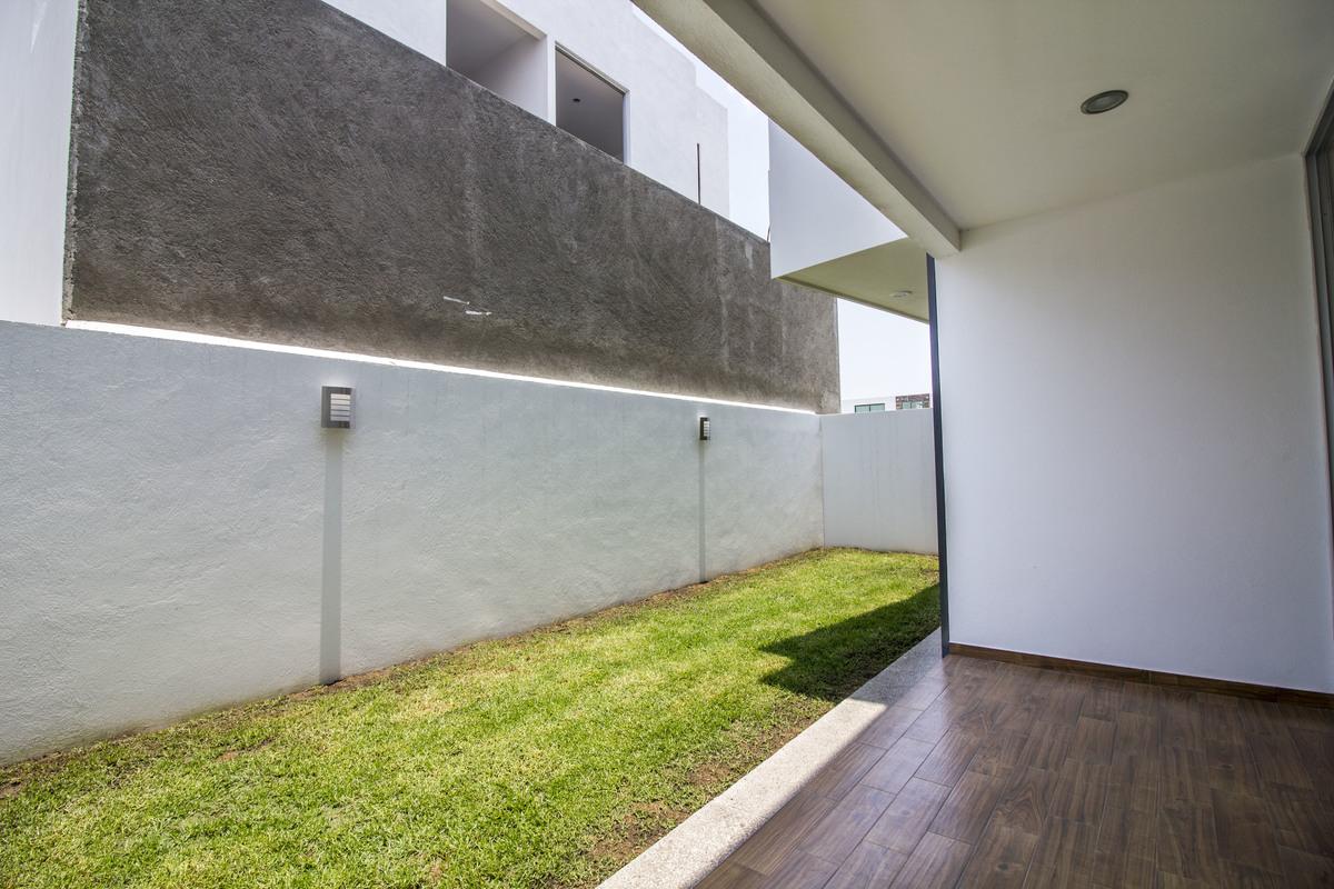 8 de 17: jardín con pequeña terraza techada