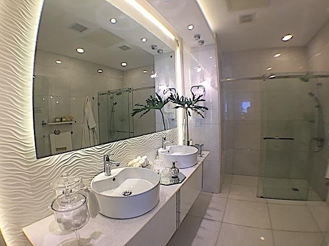 4 de 16: Baño principal con doble lavamanos