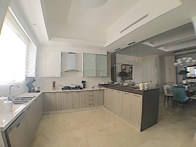 10 de 16: Amplia cocina fría con ventana al exterior