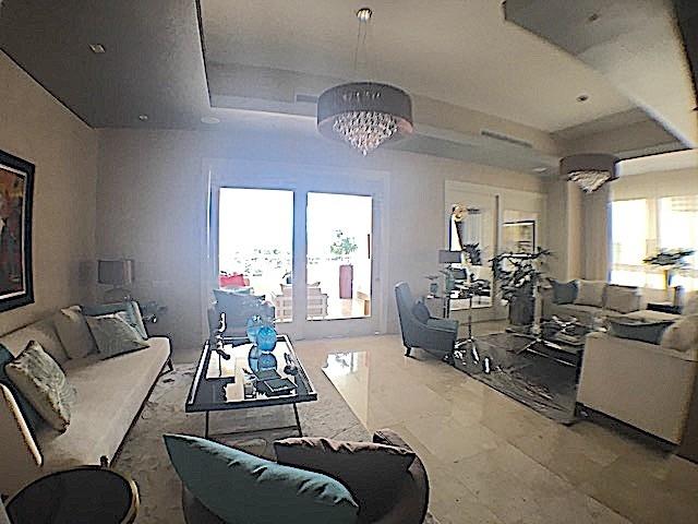 1 de 16: Area abierta para dos (2) ambientes de sala.