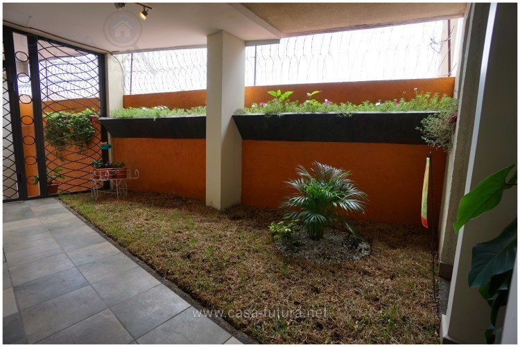 23 de 26: Jardin en la entrada.