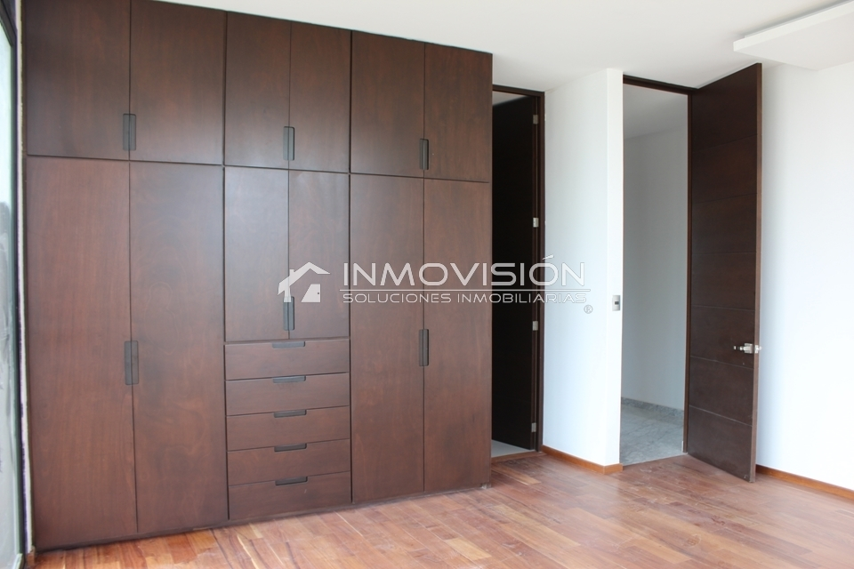 24 de 41: Closet de madera importada y espacios bien aprovechados