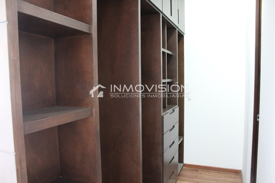 34 de 41: Vestidor madera importada