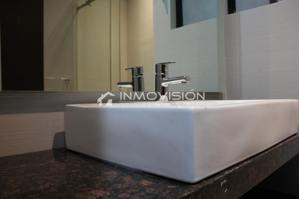 35 de 41: Finos acabados con marmol en baños