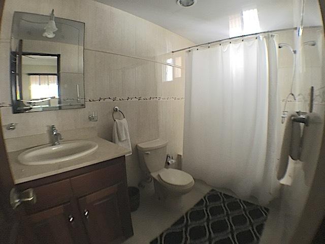 14 de 16: Baño habitación secundaria con ventilación al exterior