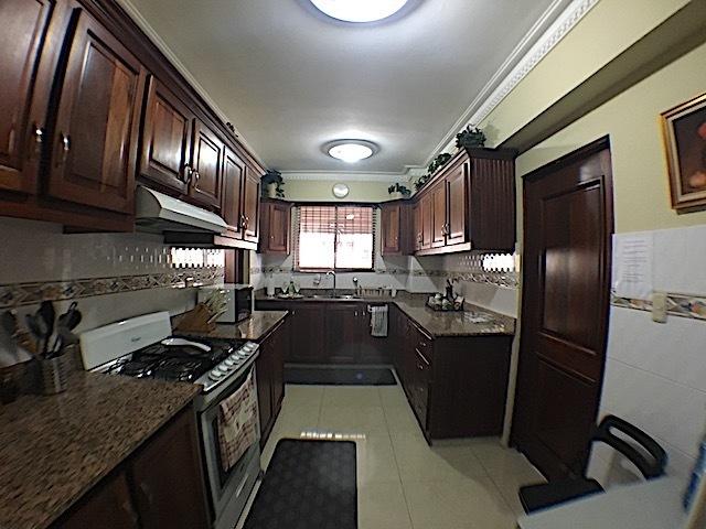 9 de 16: Otra vista de la cocina con ventana al exterior