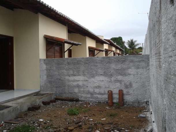 13 de 14: fundos da casa com muro dividindo das demais
