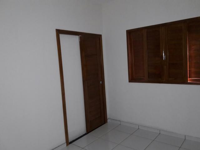 12 de 16: quarto com semi suite e porta de correr esquadrias jatobá