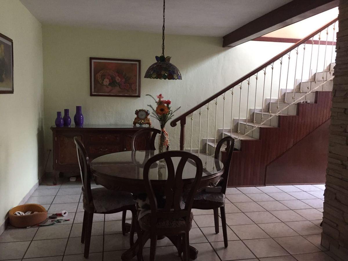 6 de 12: comedor y escalera