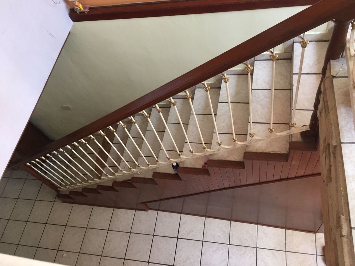 7 de 12: escalera con pasamanos en madera