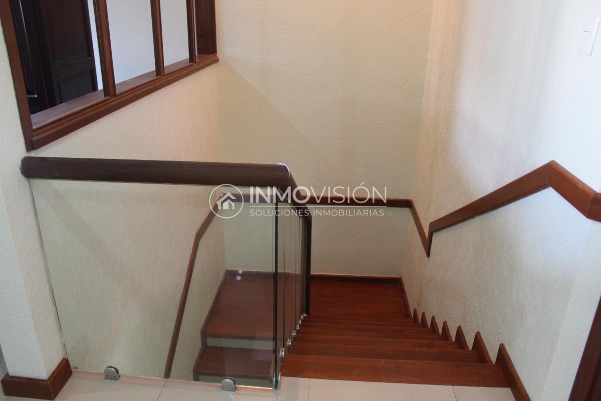 30 de 46: Escaleras de madera con barandal de cristal