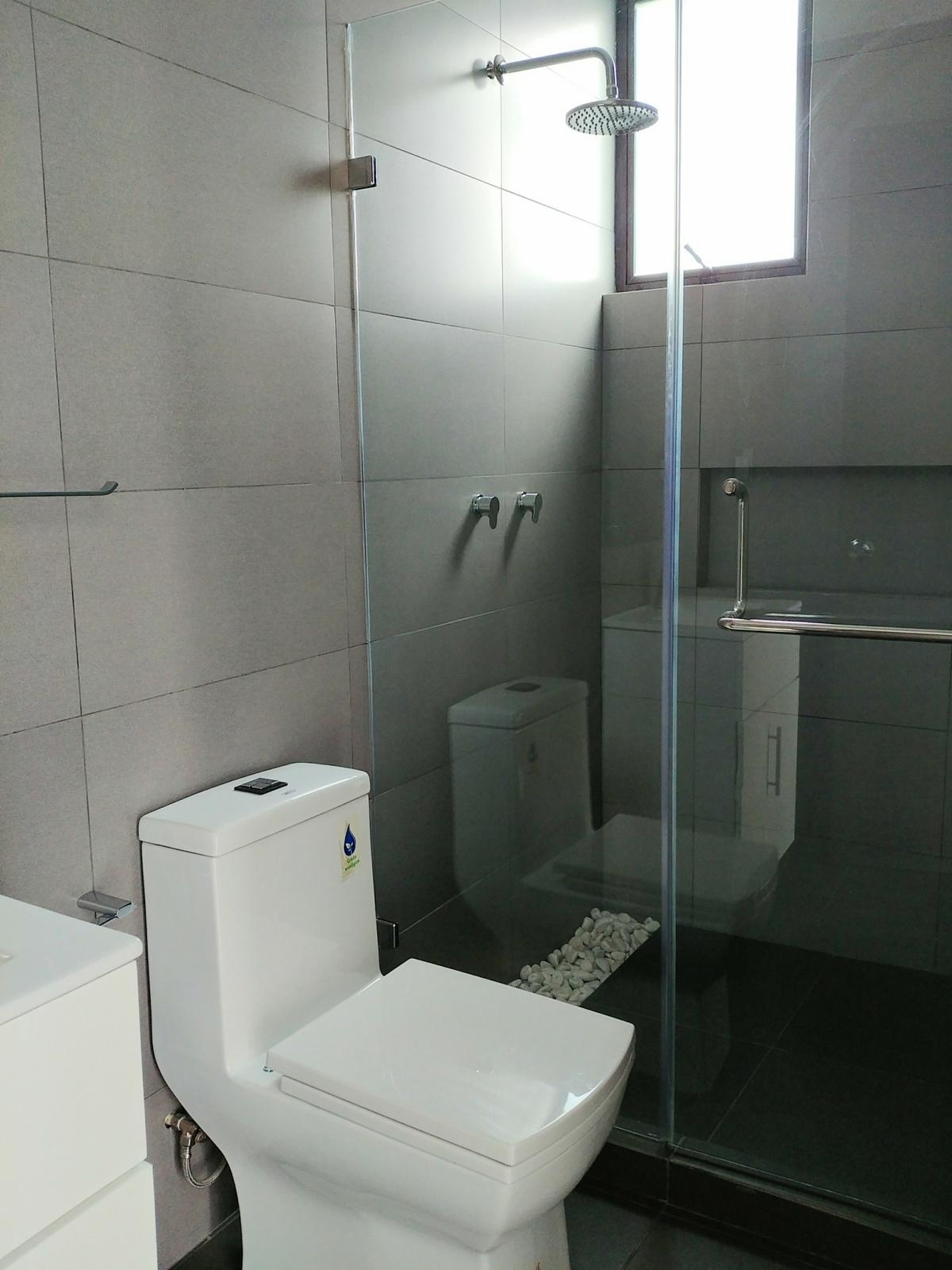 5 de 29: Baño 1 con cancel de cristal templado, Helvex, Castel.