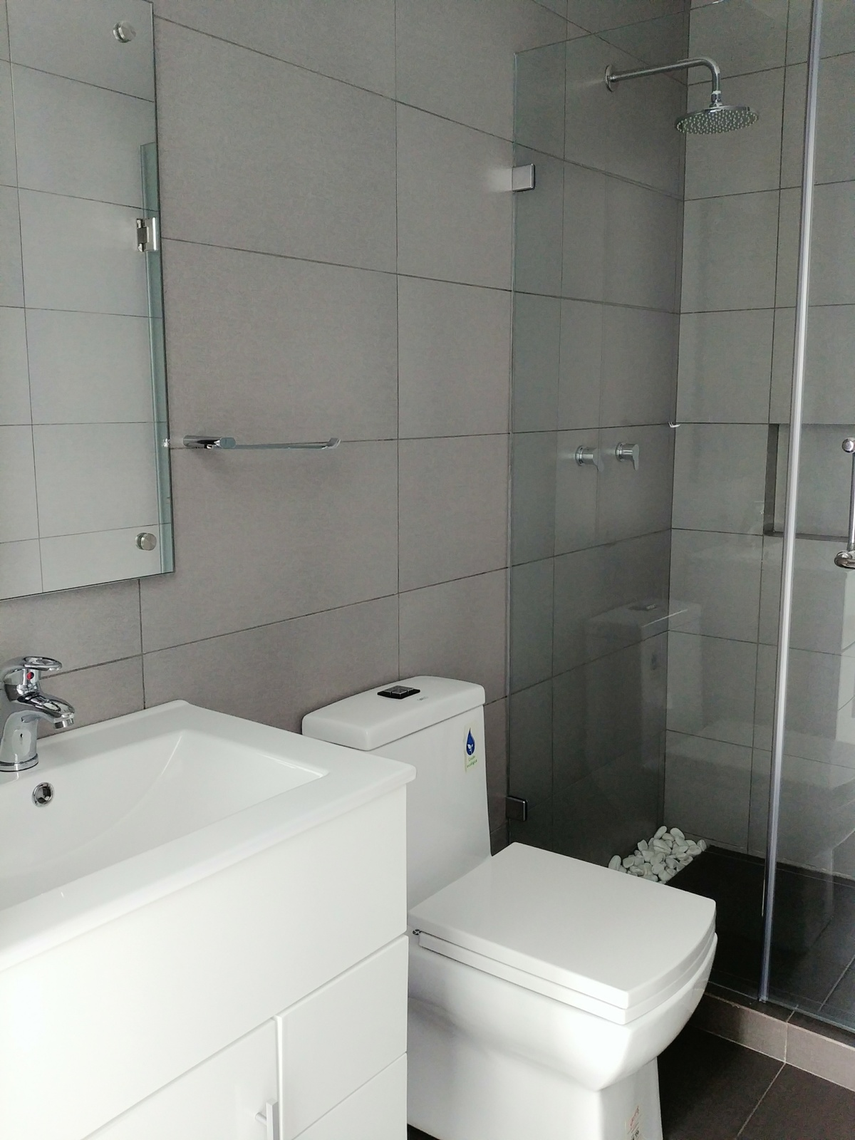 10 de 29: Baño 2 con cancel de cristal templado, Helvex, Castel.