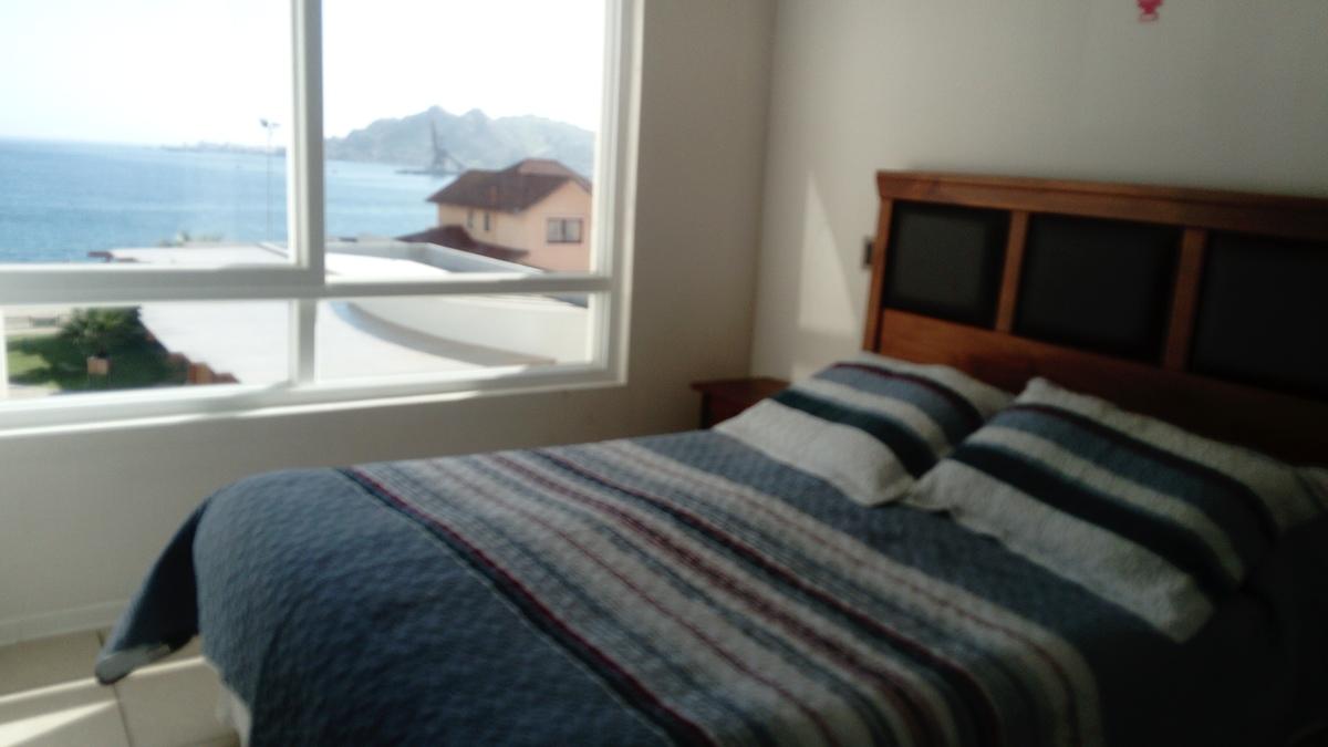 8 de 12: Dormitorio matrimonial con vista al mar