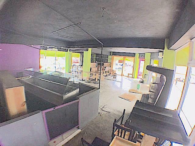 2 de 3: Interior amplio con area de bar y Cocina a parte