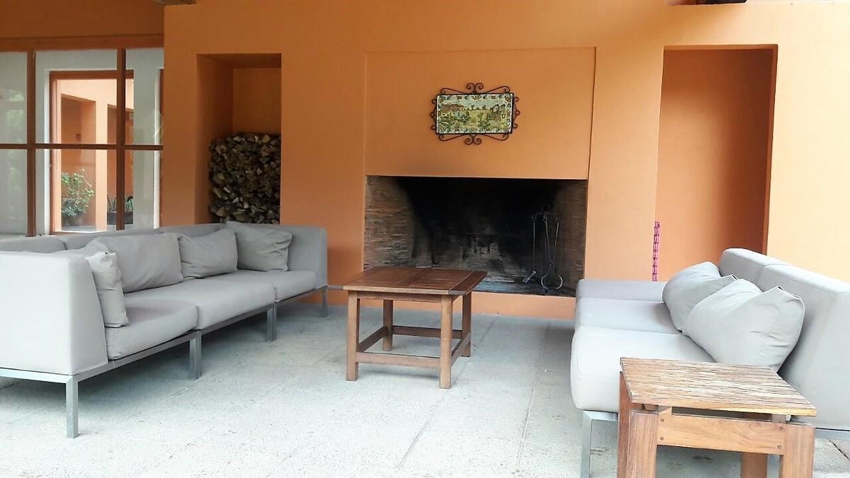 6 de 27: Area de estar con chimenea en la terraza