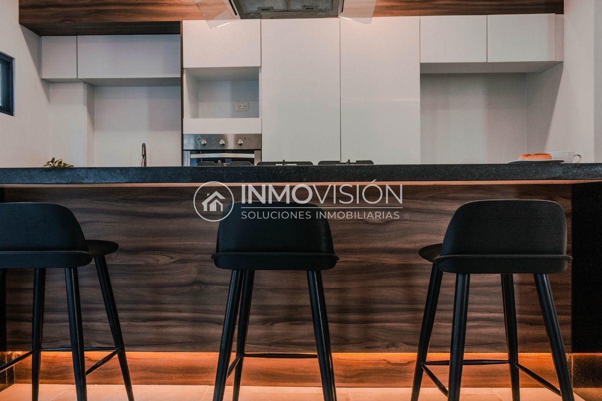 11 de 28: Cocina con barra y amplios espacios de almacenamiento
