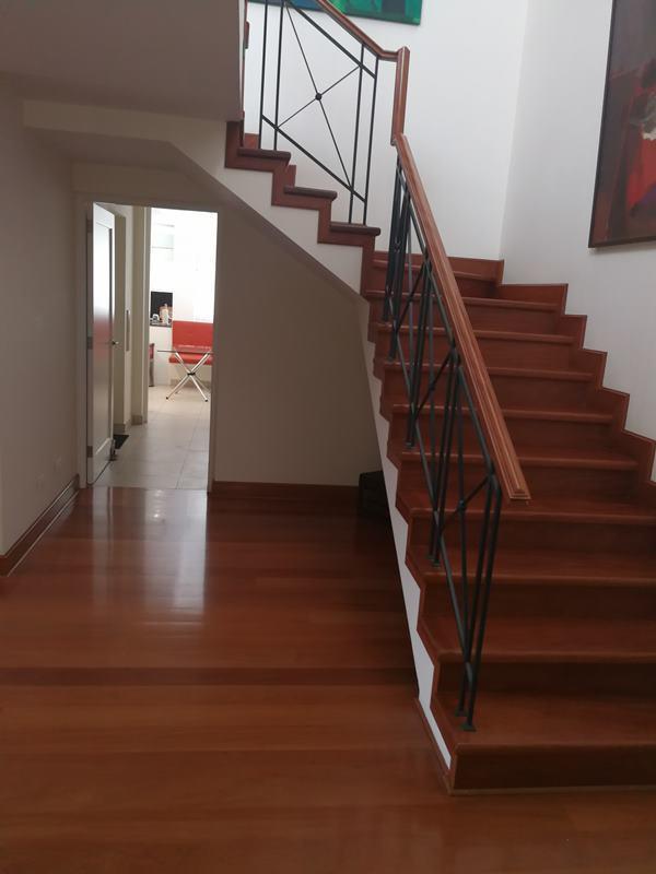 38 de 49: Escalera que conduce a sala deestar y terraza segundo piso