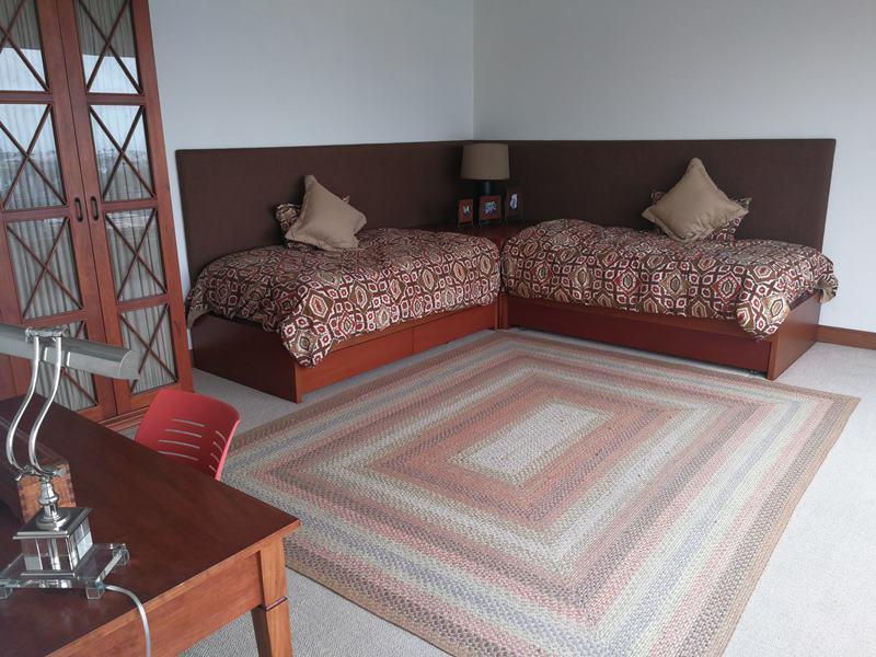 28 de 49: Dormitorio secundario con baño incorporado