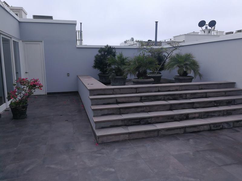 44 de 49: Este espacio fue concebido para piscina, hoy jardinera