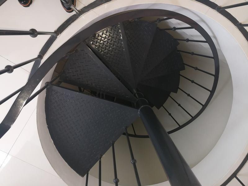 46 de 49: Escalera de servicio que conduce de la cocina a área servici