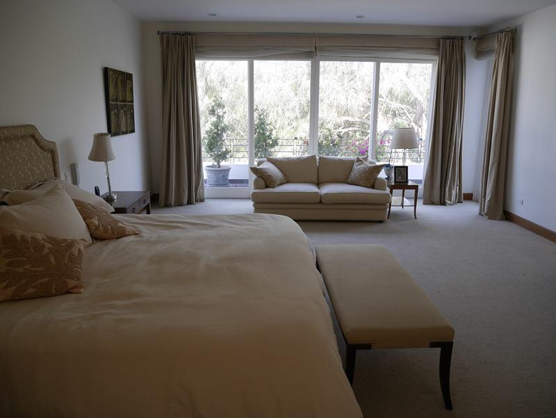20 de 49: Dormitorio principal con walk-in-closet y baño incorporado
