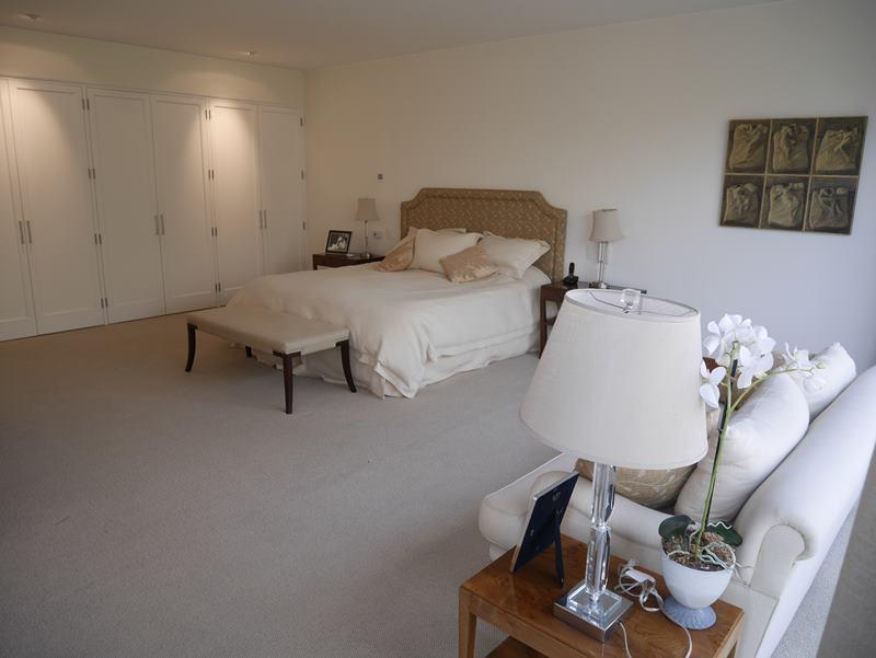23 de 49: Dormitorio principal con walk-in-closet y baño incorporado