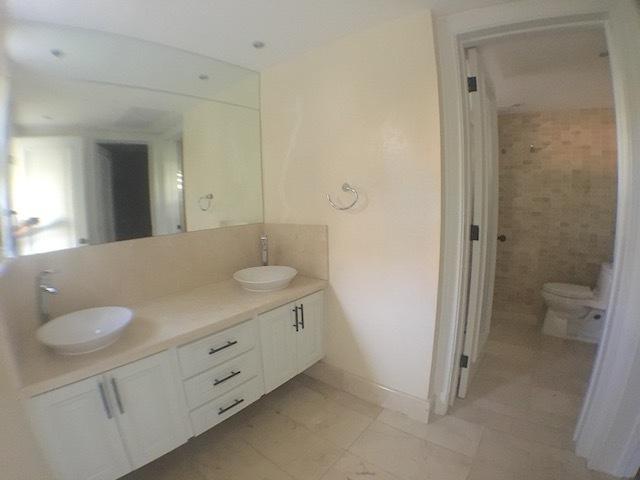 5 de 17: Baño habitación principal con 2 lavamanos