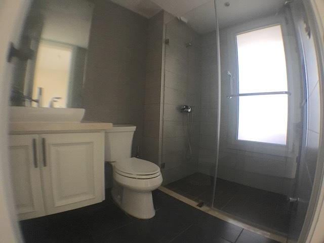 11 de 17: Baños con ventanas y muebles