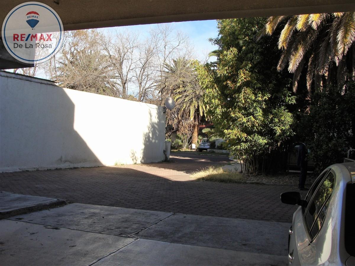 3 de 38: Amplio estacionamiento interior