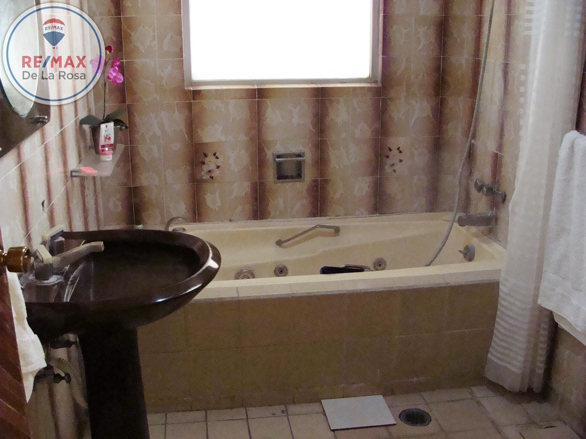 24 de 38: Baño con tina