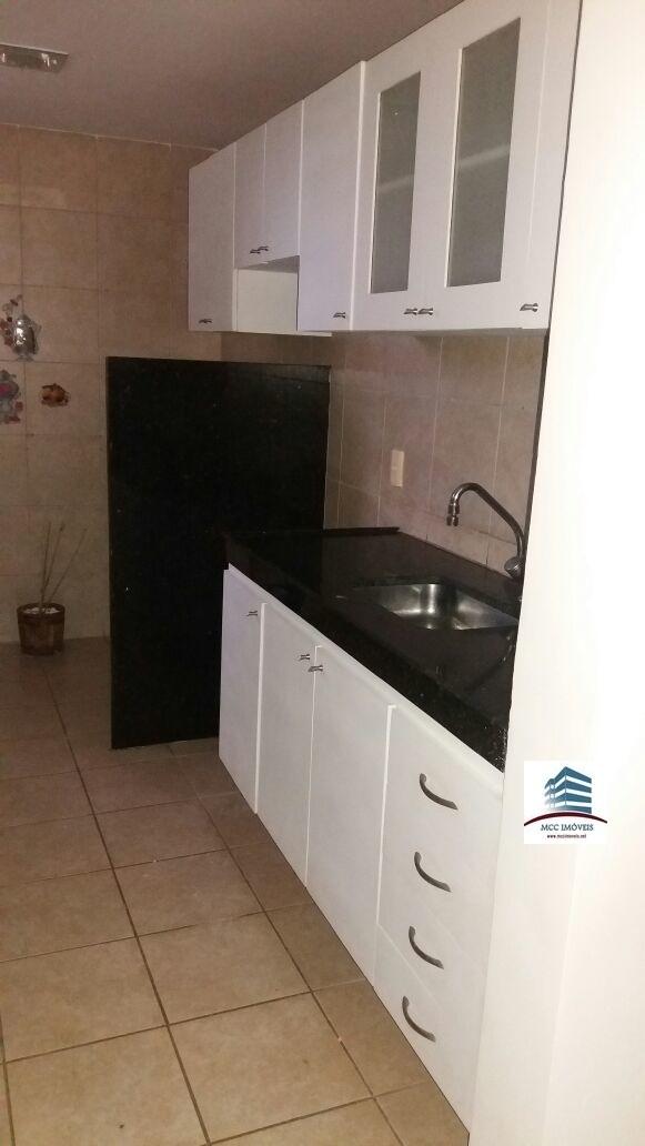 8 de 12: Cozinha com área pequena de serviço