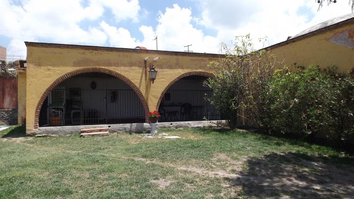 5 of 17: Terraza cubierta a un lado de la Lap Pool