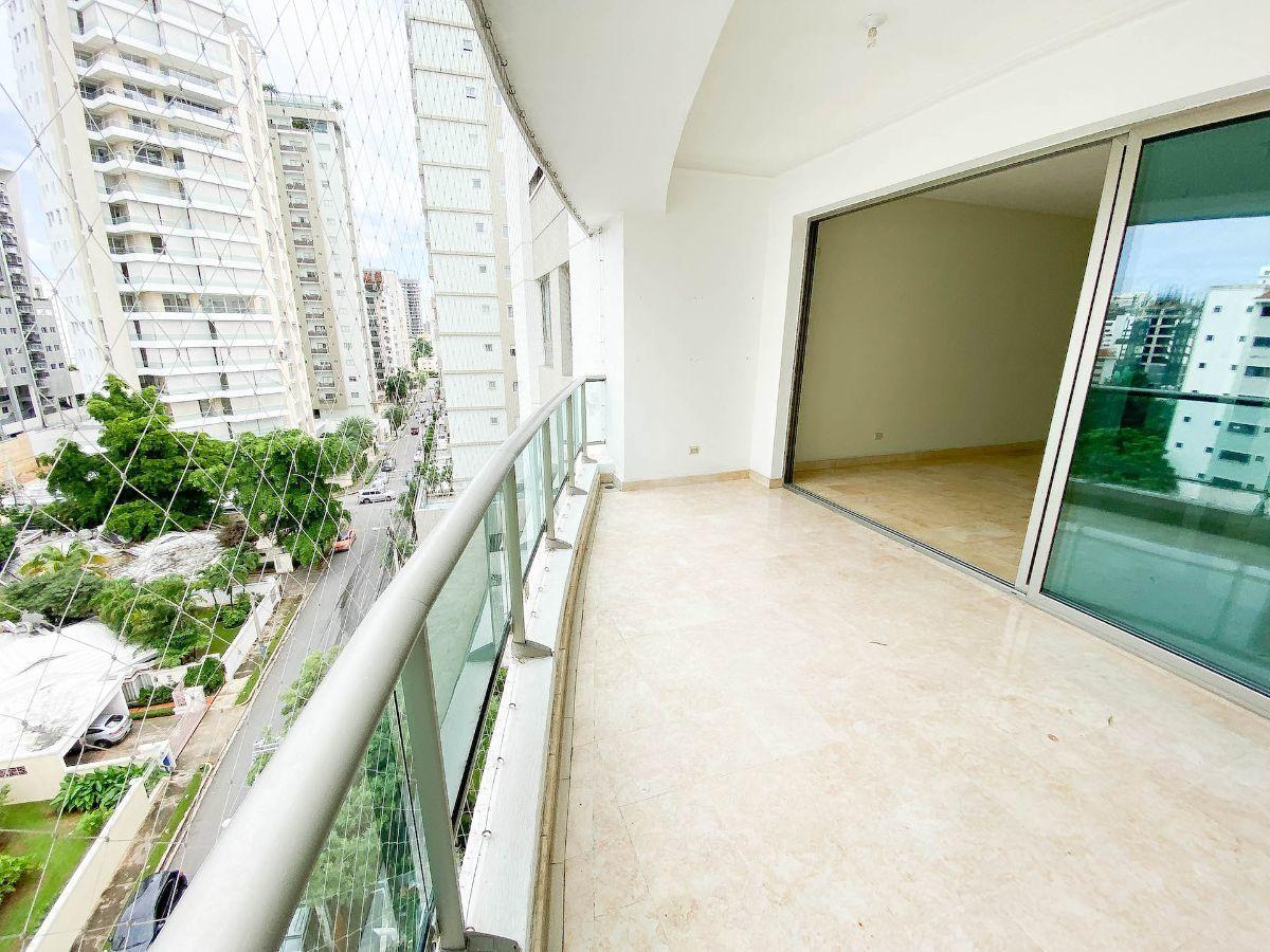 3 de 23: Balcón con orientación a la calle y vista despejada