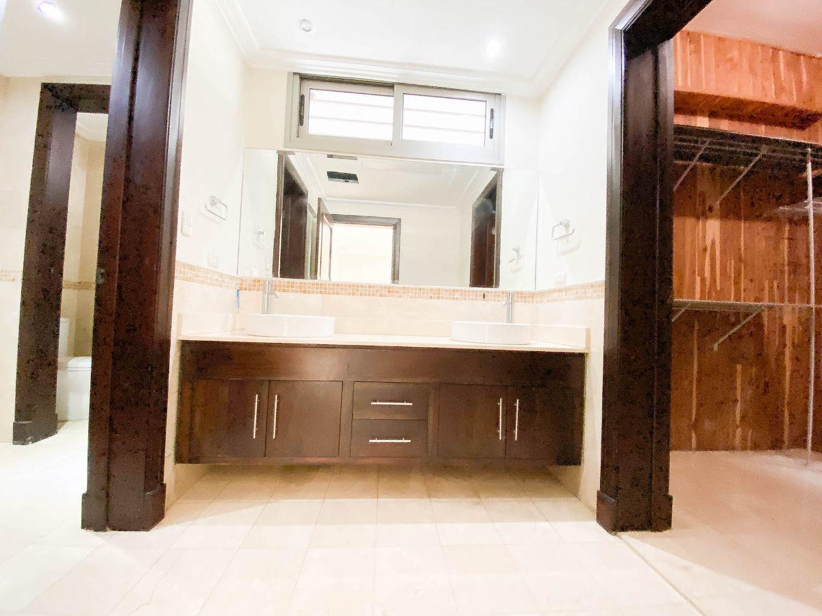 6 de 23: Baño principal con espacios divididos y 2 lavamanos
