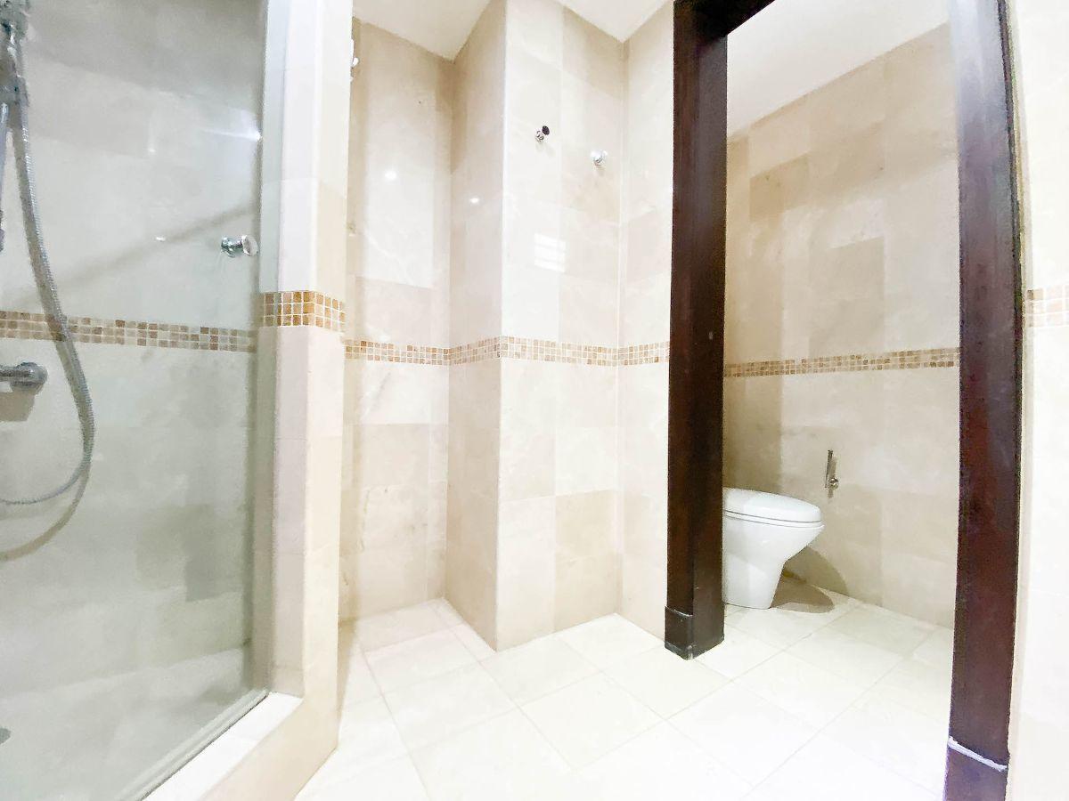 8 de 23: Baño principal revestido en mármol