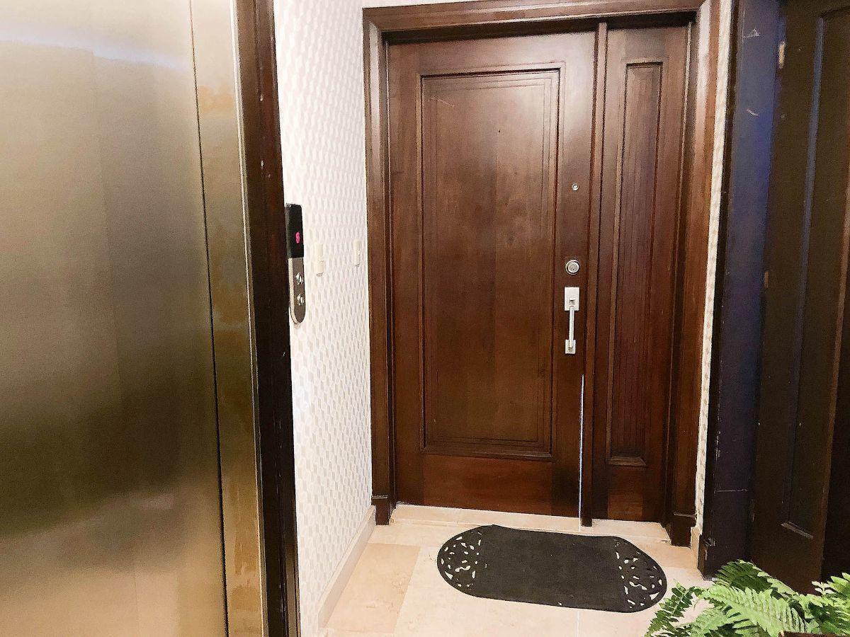 15 de 23: Elevador principal y puerta principal .