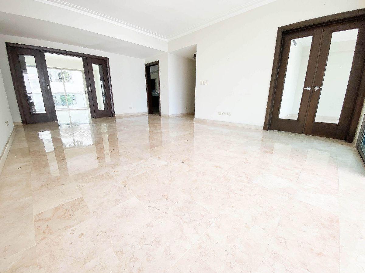 2 de 23: Amplios espacios internos con buenos acabados