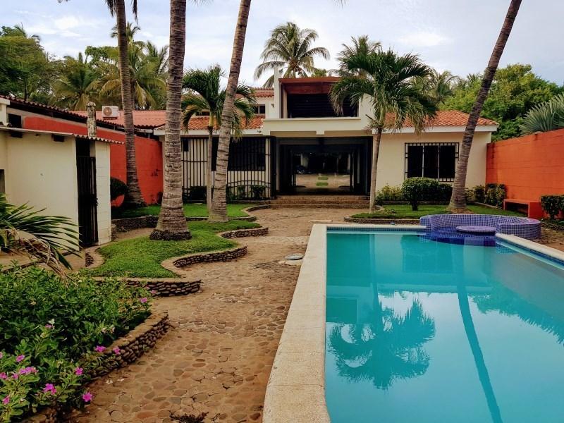 Andas en busca de una casa moderna con piscina frente al for Casa moderna frente al mar