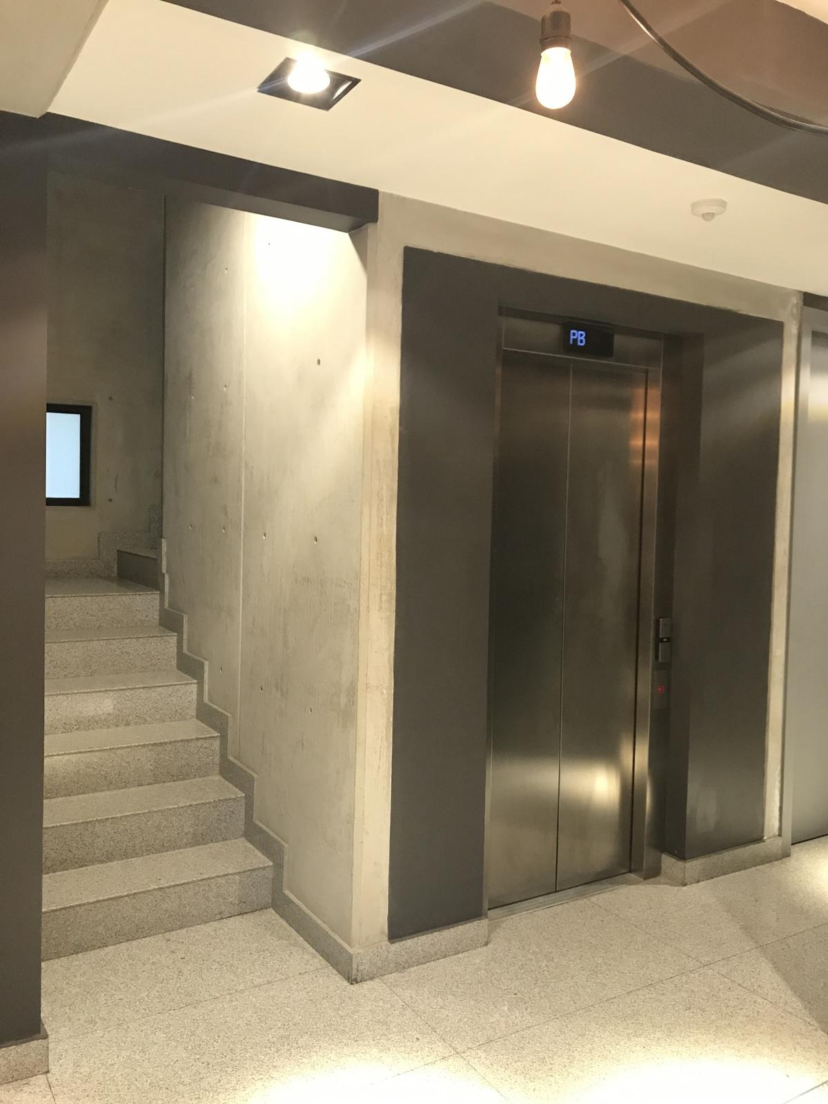 18 de 18: Escaleras del Edificio