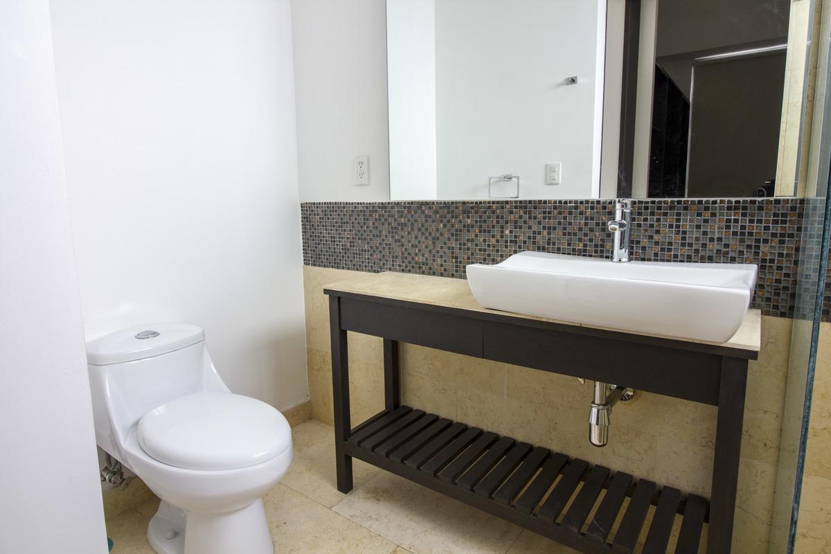 17 de 18: Baño completo moderno